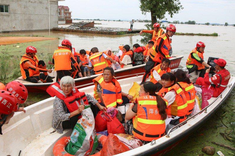 連續強降雨讓中國南方多省「泡」在水裡,其中江西遭遇重磅級洪澇災害。 中國新聞社