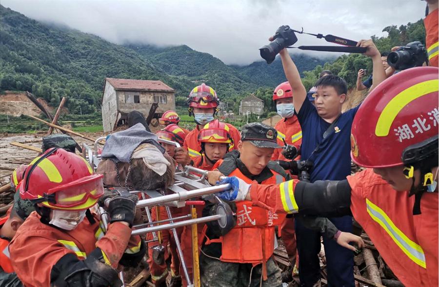 湖北黃梅凌晨山體滑坡9人被活埋,搜救隊伍傍晚救出一名81歲老人。(圖/京報網)