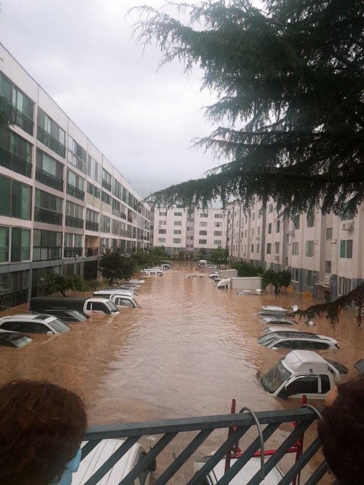 ▲▼暴雨襲擊南韓大田,公寓住宅與車輛慘泡水中。(圖/翻攝自Twitter@no_promies_p)