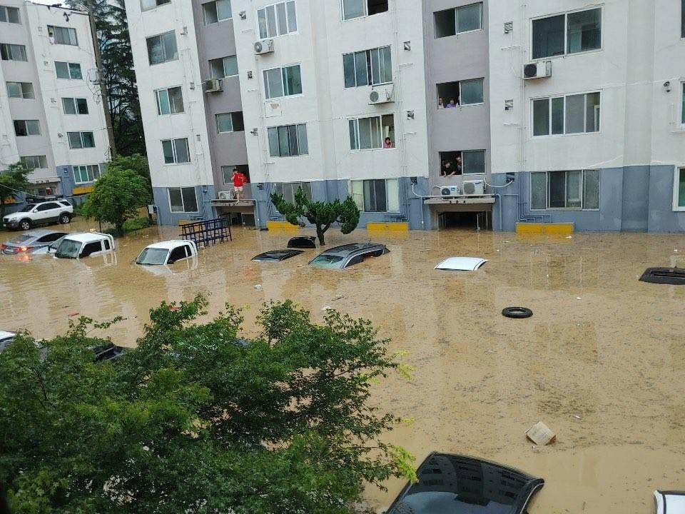 ▲▼暴雨襲擊南韓大田,公寓住宅與車輛慘泡水中。(圖/翻攝自Twitter@ddaannikkaa)