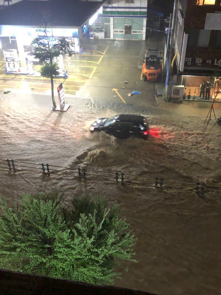 ▲▼暴雨襲擊南韓大田,公寓住宅與車輛慘泡水中。(圖/翻攝自Twitter@z7QbFjSKy3DcTku)