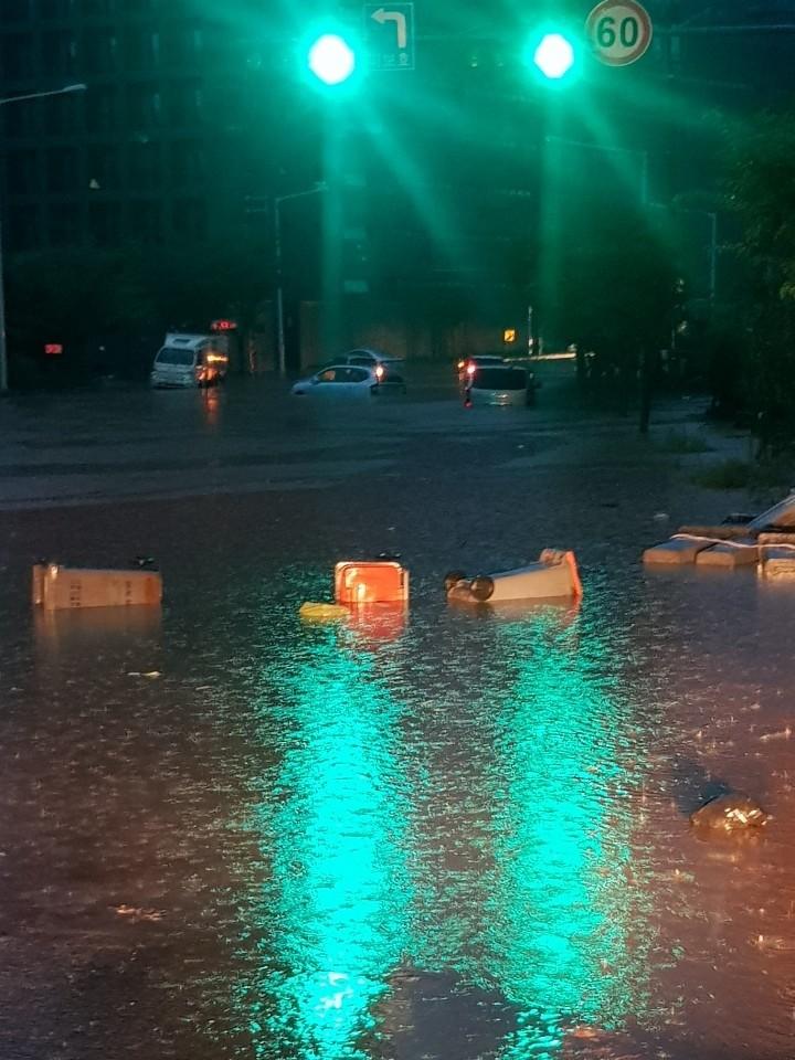 ▲▼暴雨襲擊南韓大田,公寓住宅與車輛慘泡水中。(圖/翻攝自Twitter@qmBrcxiEWDZnFOW)