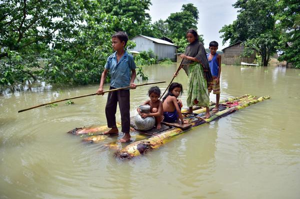 ▲▼印度阿薩姆水患,居民划臨時竹筏避難。(圖/路透)