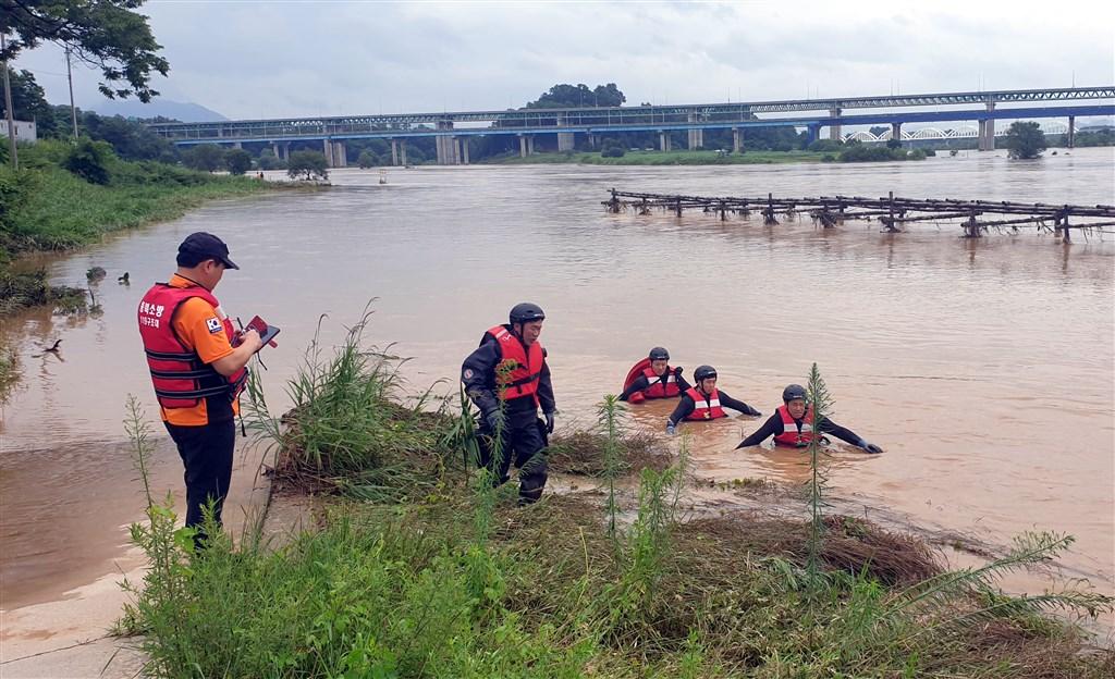韓國中部部分地區洪水氾濫,忠清北道忠州市1名消防員2日在防汛過程中被急流捲走,搜救團隊搶救中。(韓聯社)